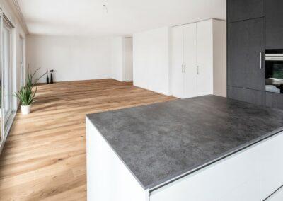 Kueche und Wohnzimmer Mehrfamilienhaus Stampfli Wicki AG